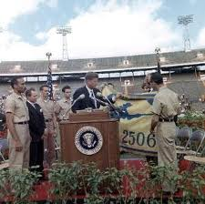Kennedy recibe la bandera de la derrotada brigada mercenaria 2506