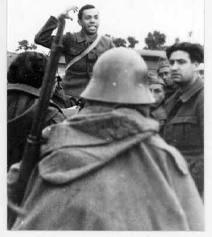 Miguel Hernández habla a combatientes republicanos durante la Guerra Civil Española