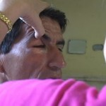 Hermes Matínez, quien iba acompañado de su hijo de dos años, fue golpeado con la hebilla de un cinto que le provocó un trauma ocular de hemorragia y fractura extraorbital del ojo derecho