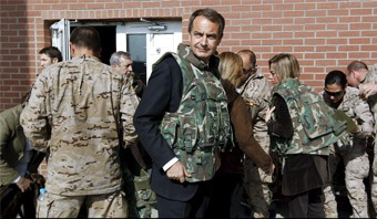 Zapatero posa con chaleco antibalas en la base de Qala i Naw Foto: EFE