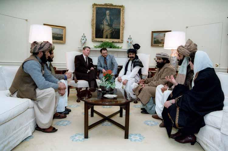 Ronald Reagan reunido con miembros del talibán en la Casa Blanca