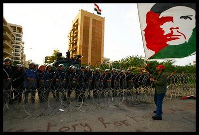 Manifestantes libaneses frente a la embajada de Egipto en Beirut, en apoyo a la insurrección popular