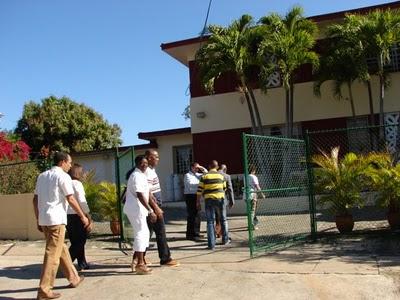 """""""Disidentes"""" cubanos acuden a la residencia de un diplomático norteamericano en La Habana para participar del """"diálogo estratégico"""" con Hillary Clinton este 16 de Febrero. Foto tomada del blog """"Cambios en Cuba"""""""