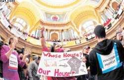 Manifestantes en el Capiyolio de Wisconsin