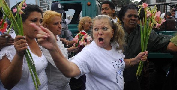 """La ura Pollán """"líder"""" de las """"Damas de blanco"""" enarbola un gladiolo en las calles de La Habana"""