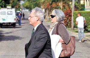 La esposa de Alan Gross, Judy Gross acompañada por el abogado norteamericano Peter J. Kahn llegando al tribunal en La Habana