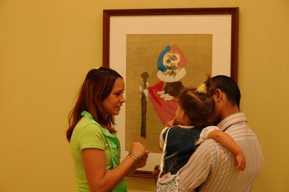 Familia cubana junto a un Picasso en en el Museo Nacional de Bellas Artes de La Habana