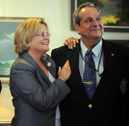 Ileana Ros-Lehtinen y el ex agente de la CIA Félix Rodríguez en el Capitolio de Washington