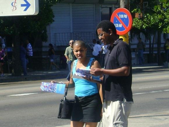 Cubanos leen folleto con Lineamientos para el desarrollo económico y social del Partido y la Revolución en la Habana, Cuba