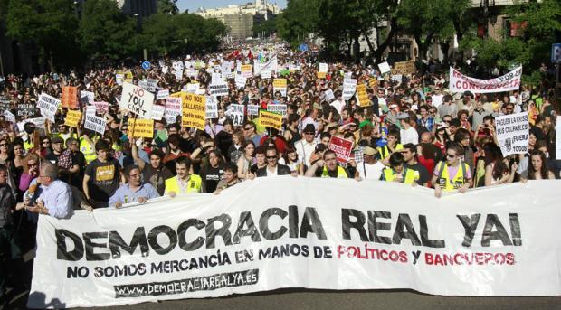 Miles de personas se concentran en Madrid para reclamar que los ciudadanos sean tenidos en cuenta por los políticos. Foto: Claudio Álvarez/El País