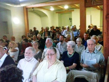 """parte del público en el centro sociocultural """"Sancti spiritus"""" de Greifwald."""