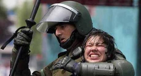 Foto tomada del portal Cosecha Roja: Chile: Informe estatal alerta sobre el abuso sexual en la represión policial.