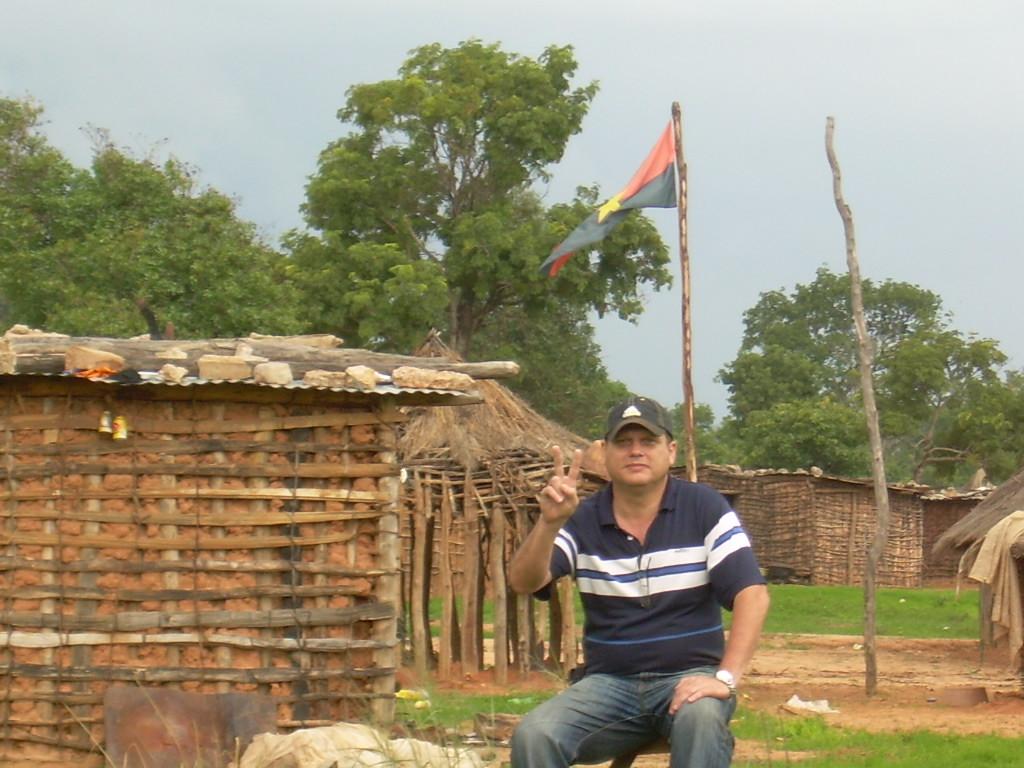 El autor de la bandera del MPLA en aldea Rìo Cuatir.