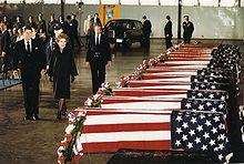 Ronald Reagan ante los féretros de los marines muertos en el Líbano.