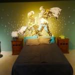 Reconstitución de una habitación del Wall Off Hotel con obras de Banksy en Belén. Exposición de Banksy en París. Foto de la autora.